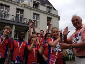 Wethouder Mittendorf en sporters van korfbal vereniging Synergo met het Olympisch vuur voor de EYOF 2013